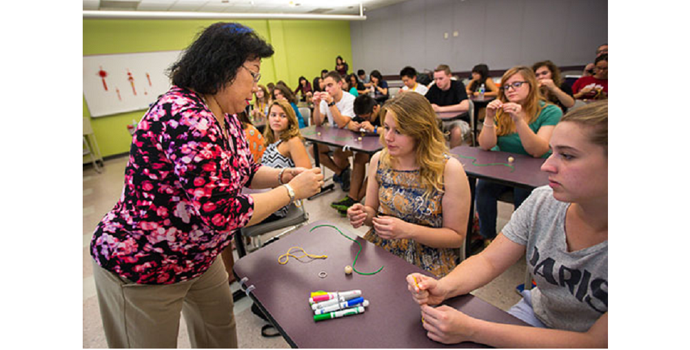 Phoenix Educator Sophia Lee Helps Dominique Reichenbach, 18, Start A Chinese Knotted Keychain During The ASU Chinese Language Camp: From STARTALK To Flagship, On The Tempe Campus, June 17. The 15-day Intensive Residential Program For Eighth- To 12th-grade Students Offers An Introduction To Chinese Language And Culture. Photo By Charlie Leight/ASU News