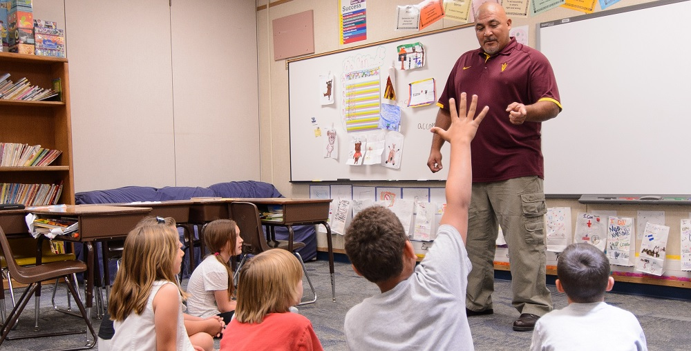 ITeachAZ Teacher Candidate Ray Urquieta Practices A Concept He Learned In On-site ASU Education Classes With A Group Of His Third Graders At Kyrene De La Paloma Elementary School In Chandler. Photo Courtesy Of Andy DeLisle/Arizona State University