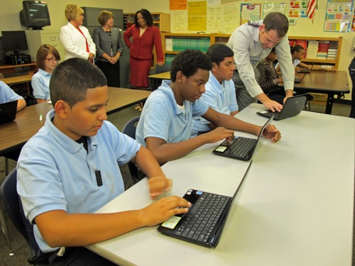 Program reduces cost for students' at-home internet access RooseveltElementaryStudentsUsingLaptops