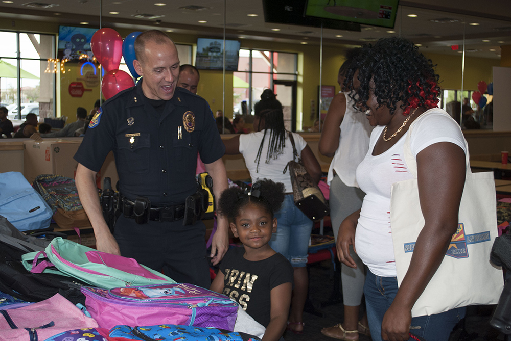 Phoenix Police Commander Tom Van Dorn Assists A Student Select A New Backpack . Photo Courtesy Maricopa Unified School District