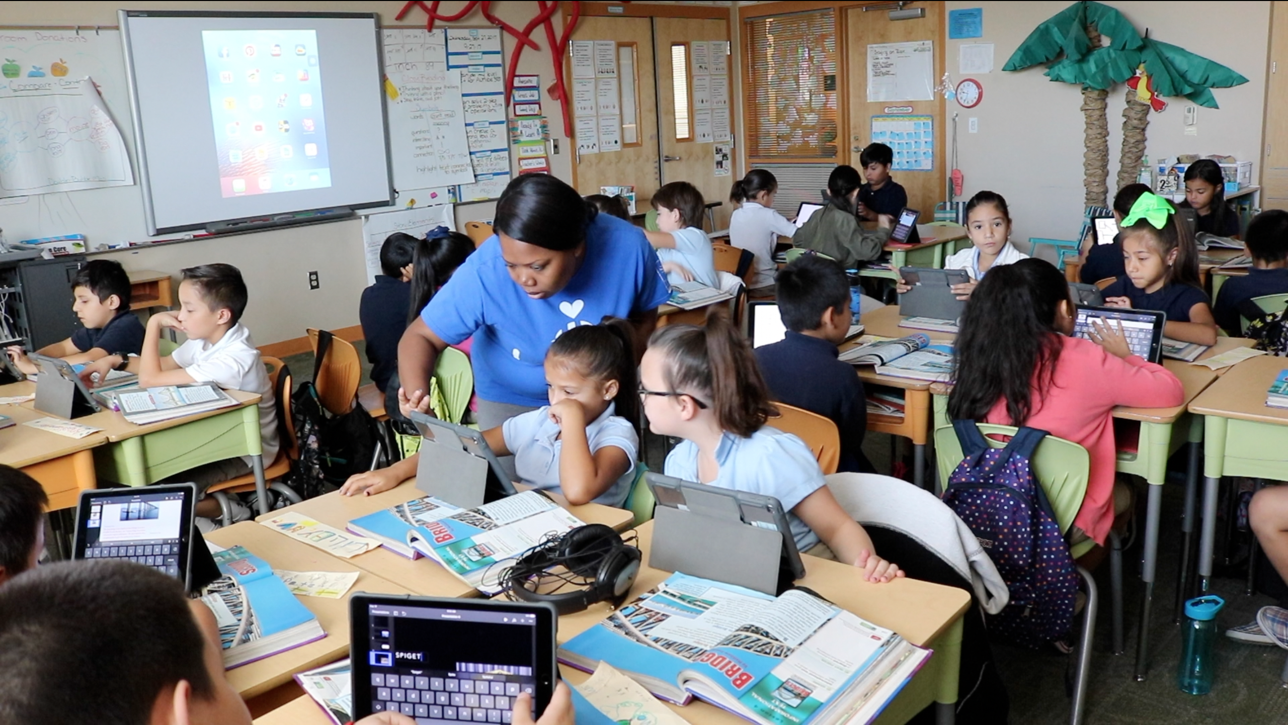 Pendergast Elementary School's Technology Michelle Longmire Helps Students In Lisa Slover's Third Grade Class. Photo By Lauren Negrete/AZEdNews