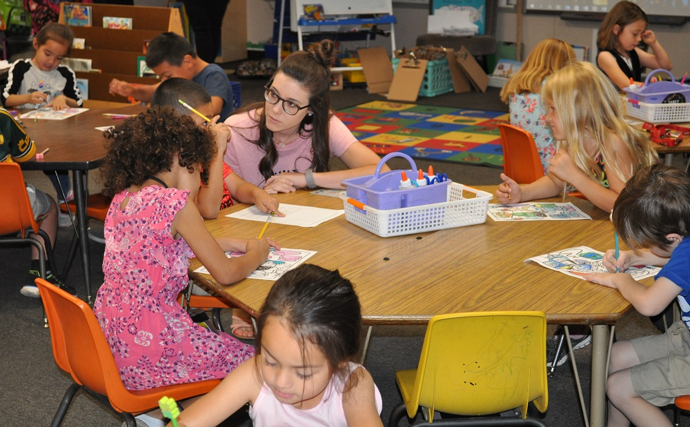 Acacia Elementary School Kindergarten Teacher Taylor Trueblood Works With Her Students During Class On Monday, May 21, 2018. Photo By Lisa Irish/AZEdNews
