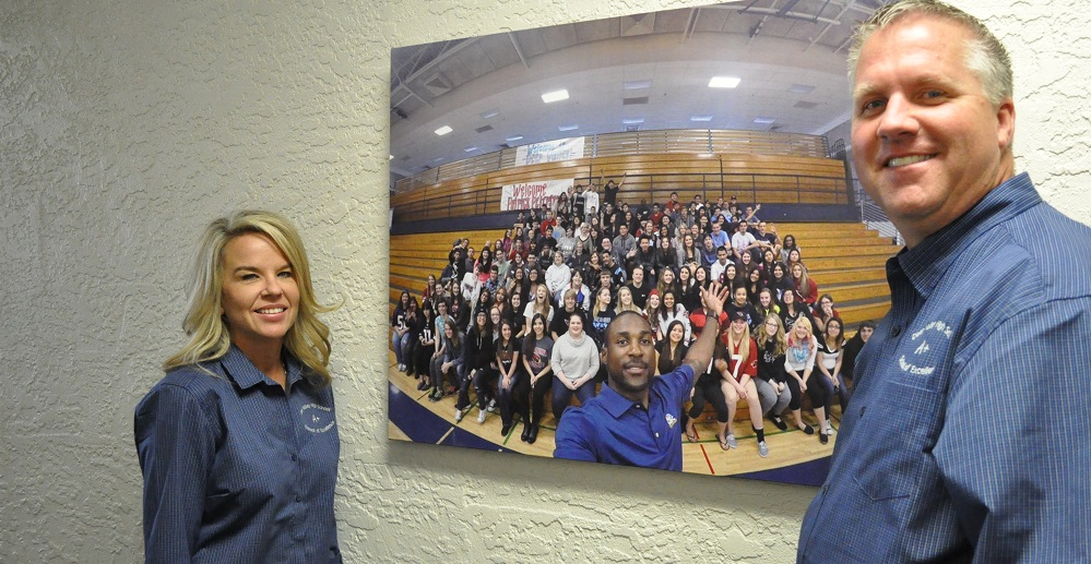 Deer Valley High School Principal Kim Crooks And Assistant Principal Paul Roskelley With A Photo Of Some Of Their Students. Photo By Lisa Irish/AZEdNews
