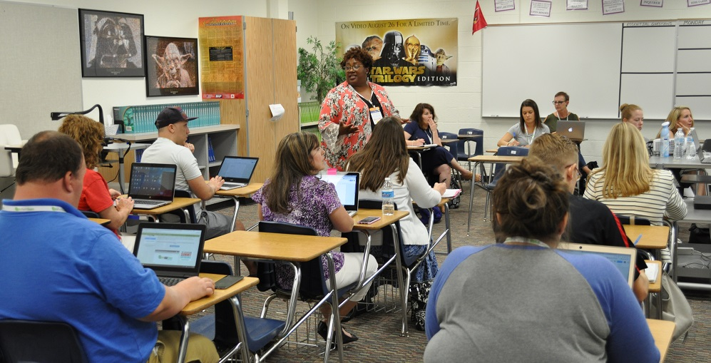Knikole Taylor, A Blended Learning Specialist With Lancaster Indpendent School District, Helps A Teacher Use ScreenCastify During A Session She Led At The Google Ed Tech Team Summit At North Canyon High School In Phoenix On June 5, 2018. Photo By Lisa Irish/AZEdNews